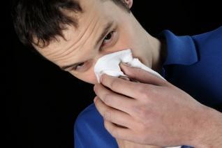 muž, který má rýmu
