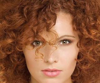 žena s nabarvenými vlasy hennaplus