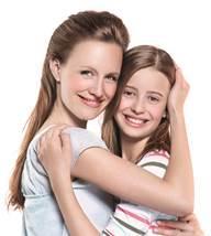 matka s dcerou se objímají a mají radost