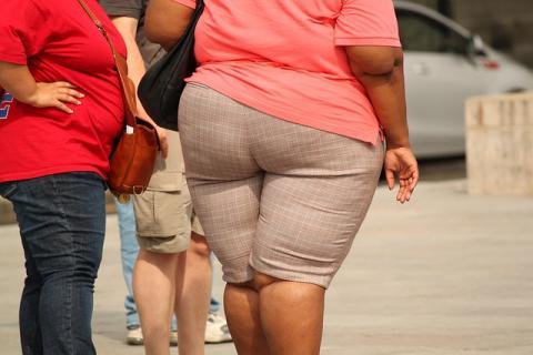 obézní žena jde po ulici