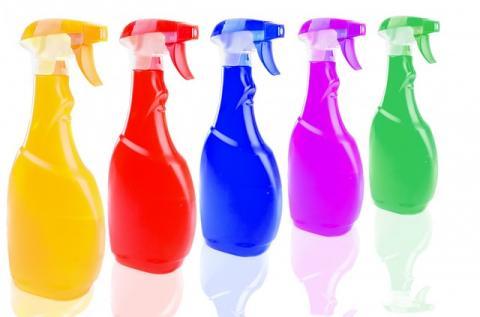 lahvičky s čistícími prostředky